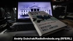 Через два роки після виборів, на яких переміг Дональд Трамп, в світ виходить книга, яка ретельно пояснює вплив росіян на американське волевиявлення
