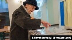Під час голосування на одній з виборчих дільниць у Києві