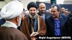 مجتبی خامنهای (وسط)، سیاسیترین فرزند رهبر جمهوری اسلامی