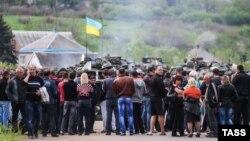 Проросійськи налаштовані люди блокують колону українських військових біля Слов'янська, 2 травня 2014 року
