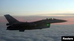Польский истребитель F16 демонстрирует перехват транспортного самолета ВВС Бельгии, когда они пролетали над Польшей 14 января 2020 года в рамках учений НАТО. 14 января 2020 года.