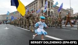 Ганнуся Боровик, 2,5 роки, донька кіборга 90-го окремого аеромобільного батальйону Руслана Боровика, яка разом з батьком взяла участь у «Марші захисників України». Київ, 24 серпня 2020 року