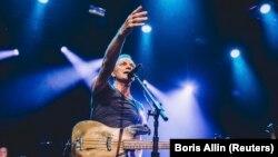 """Стинг по време на концерта си в """"Батаклан"""" в Париж на 12 ноември 2016 г., година след терористичните атаки във френската столица"""