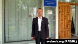 Леанід Аўтухоў на ганку віцебскай тэлерадыёкампаніі
