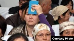"""Люди в зале суда по событиям в Жанаозене. Актау, 27 марта 2012 года. Фото предоставлено сайтом """"Лада.кз""""."""