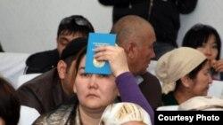 Жаңаөзен оқиғасына байланысты сот отырысына келген адамдар. Ақтау, 27 наурыз 2012 жыл.