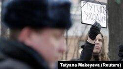 Среди молодежи, сторонников перемен, в последние месяцы участились протестные пикеты. На снимке: пикет в Москве, январь, 2018