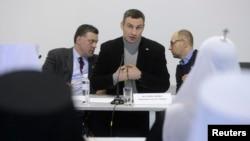 Лидеры украинской оппозиции Олег Тягнибок (слева), Виталий Кличко (в центре) и Арсений Яценюк.