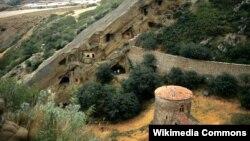 В начале мая азербайджанская сторона установила на территории монастыря блокпост, фактически запретив туристам и паломникам посещать ту часть комплекса, которая считается азербайджанской