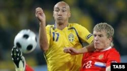 Швеция футболшысы Хенрик Ларссон мен ресейлік ойыншы Денис Колодин. Швеция, 18 маусым 2008 жыл. (Көрнекі сурет)