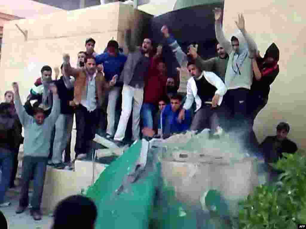 تظاهر کنندگان در حال از بین بردن بنای یادبود کتاب سبز معمر قذافی رهبر لیبی