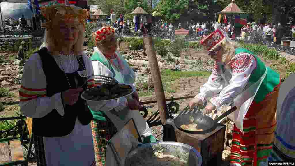 Белорусское национально-культурное общество предложило посетителям парка белорусское национальное блюдо – драники