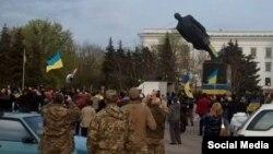 Краматорск – снос памятника Ленину 17 апреля