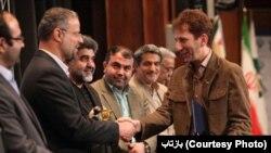 بابک زنجانی در حال دست دادن با رضا شیخالاسلامی، وزیر سابق کار