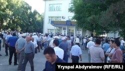 Перед зданием областной администрации в Джалал-Абаде, 31 мая