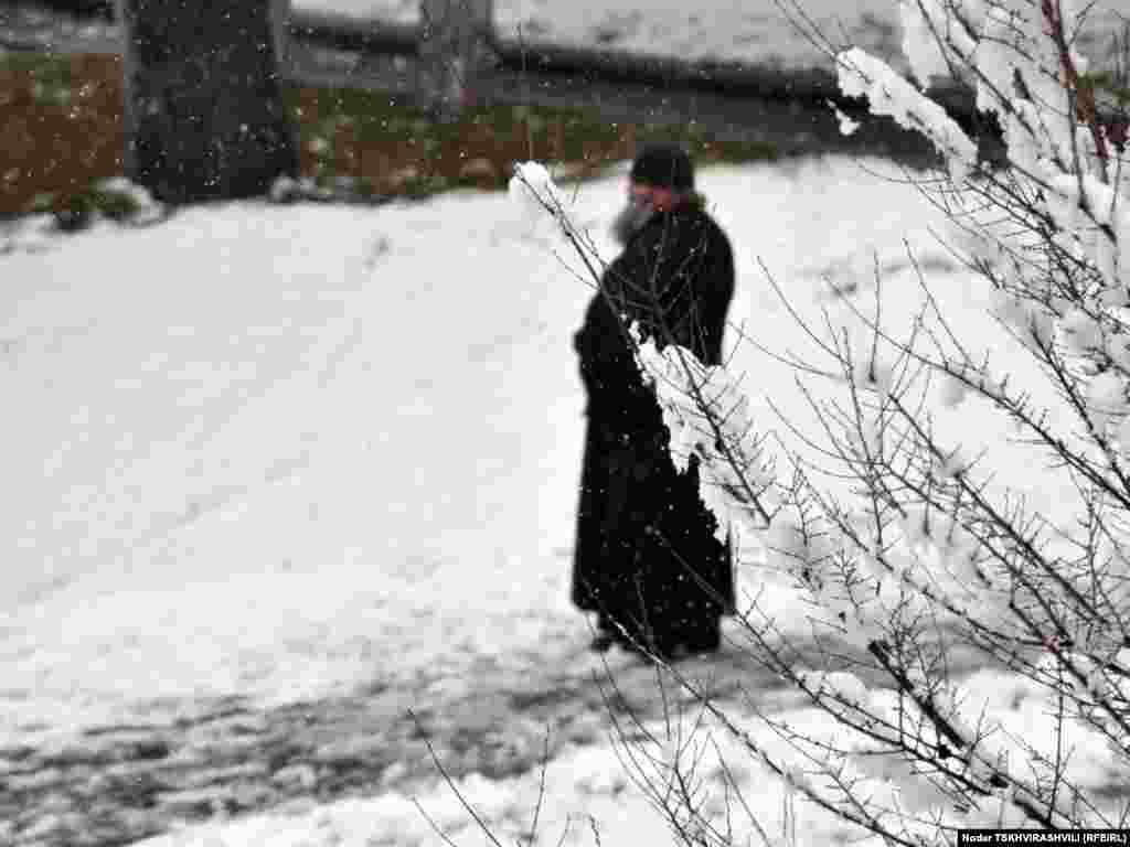 გასეირნება თოვლში - უჩვეულოდ უნალექო და თბილი ზამთრის ბოლოს საქართველოში თოვლი მოვიდა. მეორე დღეა, უკვე თბილისშიც თოვს.