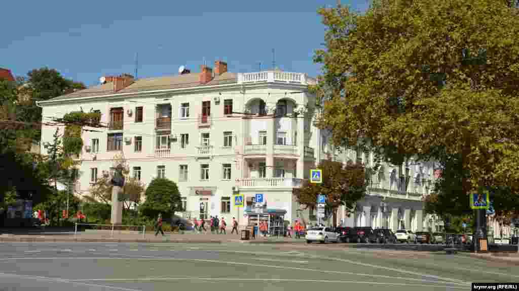 Площа Суворова, яку перетинає вулиця Леніна