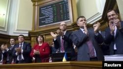 Члени Кабінету міністрів України в урядовій ложі парламенту після ухвалення держбюджету-2016, 25 грудня 2015 року