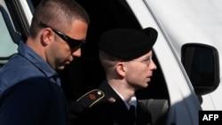 АҚШ сарбазы Брэдли Мэннинг (оң жақта) Форт-Мидтегі әскери трибуналға жеткізілді. Мэриленд, АҚШ, 30 шілде 2013 жыл