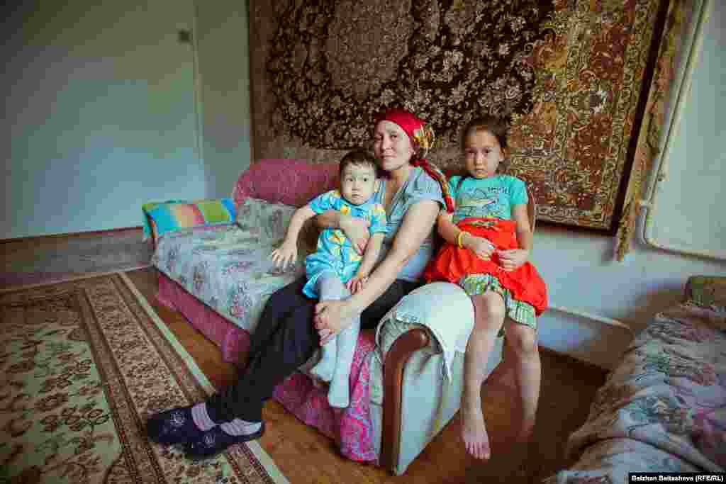 Мира и ее дети Оркен и Акнур.