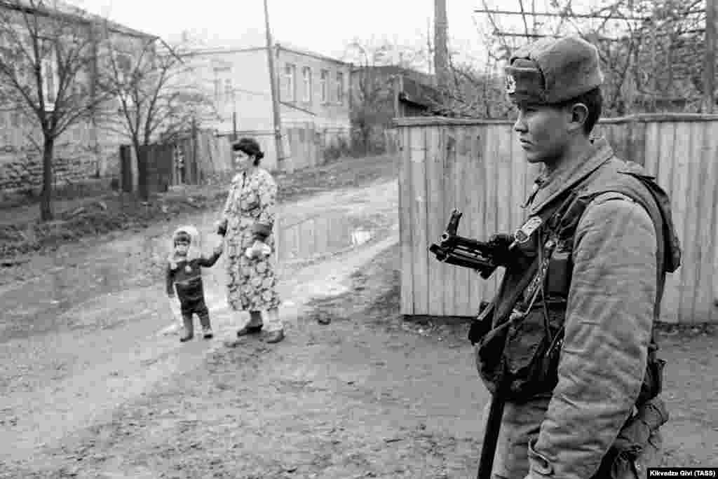 """Совет сарбазы Цхинвал қаласындағы күзетте. Желтоқсан 1990 жыл. Кремль Оңтүстік Осетиядағы """"қақтығыс пен қантөгісті тоқтату үшін"""" ол жаққа Ішкі істер министрлігі әскерін жіберді. Бірақ ресми Тбилиси Совет билігінің """"араға түсуіне"""" қарсылық білдіріп, ол жерге өз сарбаздарын қоса жіберді."""