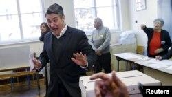 Лидер Социал-демократической партии Хорватии Зоран Миланович на избирательном участке. Загреб, 8 ноября 2015 года.
