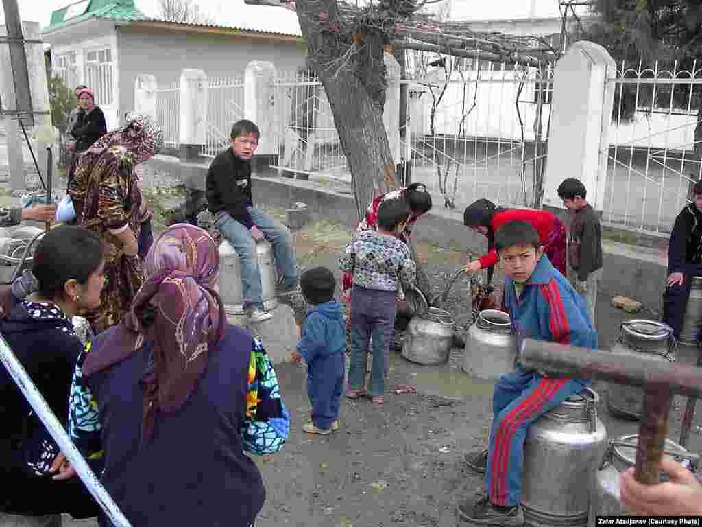 Спорозанку в очереди за водой стоят в основном женщины и дети. Одно из сел Карасуйского района Ошской области