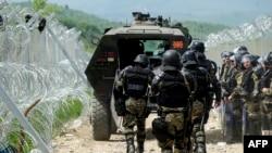 Македонская полиция в районе заграждений на границе с Грецией, 13 апреля 2016.
