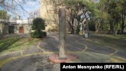 Древний менгир в городском парке Феодосии
