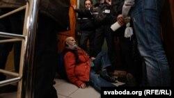 Валер Шчукін блякуе дзьверы, 29 сакавіка.