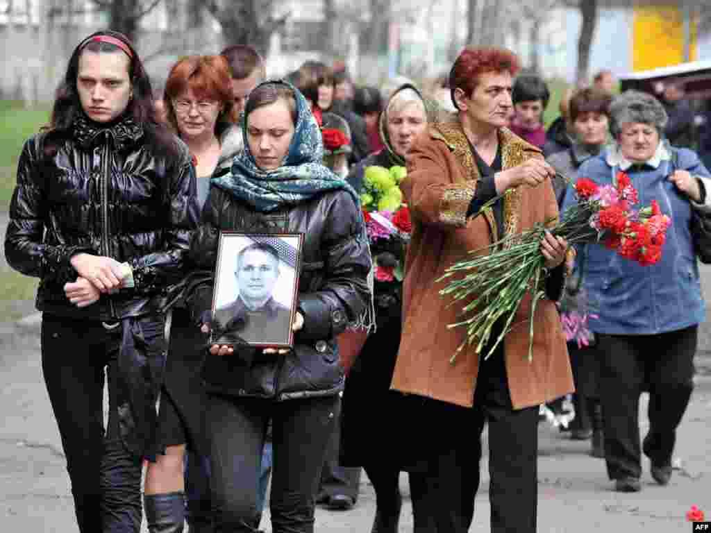 """11 мая прошли первые похороны погибших на """"Распадской"""" горняков"""