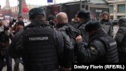 Мамдуманын жанында өткөн митингдин активисттерин полиция кармап кетти, 11-апрель, 2012