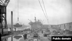 Британски танкове Матилда са товарени за транспорт към СССР