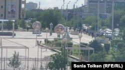 Район оцепления у площади Исатая и Махамбета в Атырау. 21 мая 2016 года.