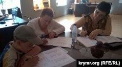 Занятия на курсах по изучению крымскотатарского языка в Духовно-культурном центре крымских татар в Херсоне