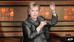 Хиллари Клинтон Нью-Йорктегі әйелдер саммитінде сөйлеп отыр. АҚШ, 2 мамыр 2017 жыл.
