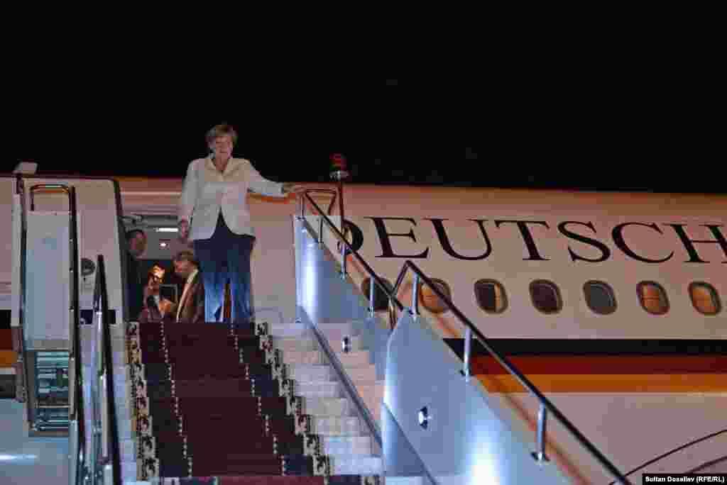 Официальная часть визита Меркель состоится завтра, она встретится с президентом Алмазбеком Атамбаевым, спикером Жогорку Кенеша Чыныбаем Турсунбековым, представителями духовенства и гражданского сообщества.