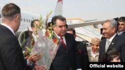Президент Раҳмонни Исломободдаги аэропортда қарши олмоқдалар.
