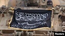 """علم """"جبهة النصرة"""" على دبابة قرب حلب"""