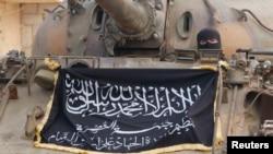 """""""Ислам мамлекети"""" экстремисттик тобунун желегин көтөргөн желдет. Алеппо, Сирия."""