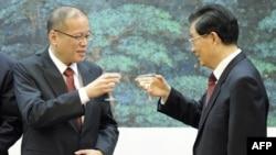 Президент Филиппин Бениньо Акино и председатель КНР Ху Цзиньтао (слева направо)