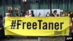 Aktivisiti Amnesty International protestuju zbog hapšenja člana svoje organizacije