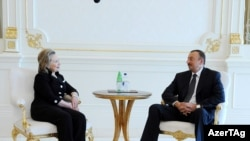 АКШнын мамлекеттик катчысы Хиллари Клинтон менен Азербайжандын лидери Илхам Алиев. 4-июль, Баку.