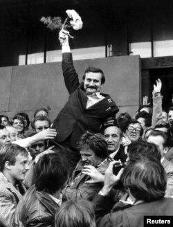 Архіўнае фота. Лех Валенса з паплечнікамі пасьля афіцыйнай рэгістрацыі прафсаюзу «Салідарнасьць» у Варшаве, верасень 1980 году