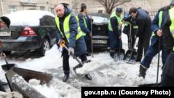Александр Беглов 8 февраля 2019 года на тот момент в должности временного губернатора убирает снег