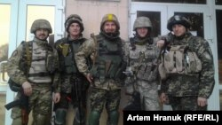 Медики-волонтери «Правого сектору» і начальник медичної служби тактичної групи «95 квартал» Артем Хранюк – у центрі