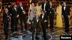 Actorul Michael Keaton (stânga) şi regizorul Alejandro Inarritu la înmânarea premiilor Oscar, 22 februarie 2015