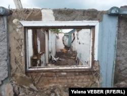 Руины дома на станции Нура, оставшиеся после затопления и разбора владельцами. Этот дом подлежит сносу. 17 мая 2015 года.