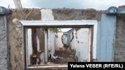 Руины дома на станции Нура, оставшиеся после затопления и разбора владельцами. 17 мая 2015 года.