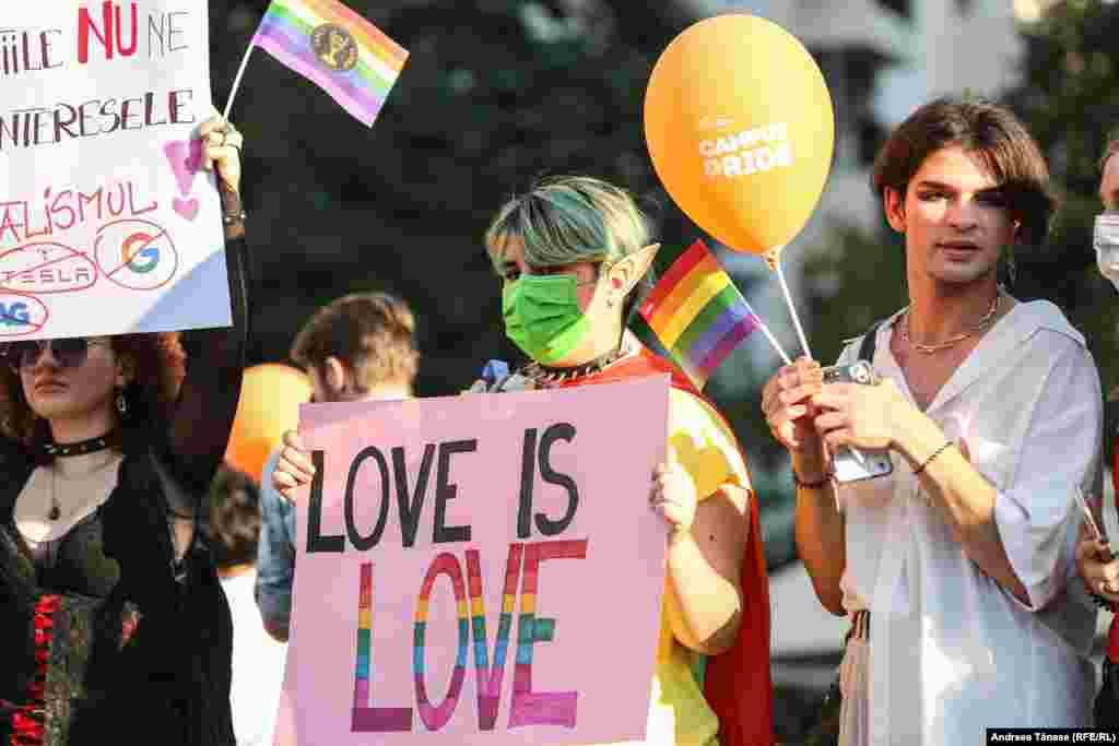 Tineri participă la Bucharest Pride.